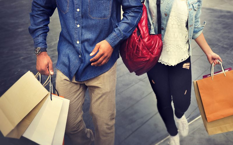 couple-shopping-at-mall